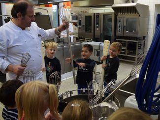 Früh übt sich! Kindergarten St. Gabriel zu Besuch in Küche und Bäckerei