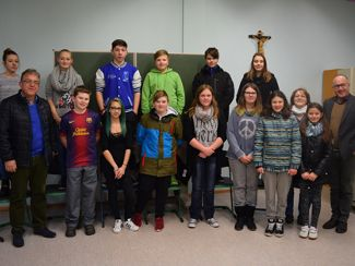 Die Klasse R7 der Mittelschule Lauterhofen mit Schulleiter Bernhard Dürr (links vorne), Bereichsleiterin Ruth Krieger (dritte von rechts) und Gesamtleiter Andreas Fersch (rechts)