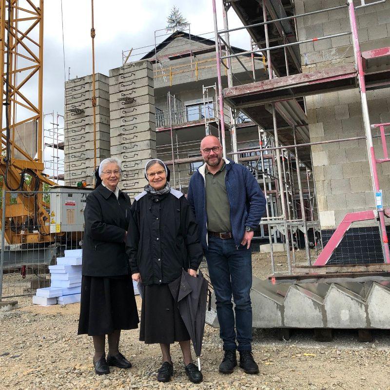 Oberin Sr. Regitta (in der Mitte des Bildes) mit Sr. Richardis und Gesamtleiter Andreas Fersch vor dem Neubau