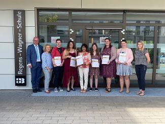 Gratulation an Heilerziehungspflegehelferinnen und -helfer aus den Standorten Lauterhofen und Neumarkt